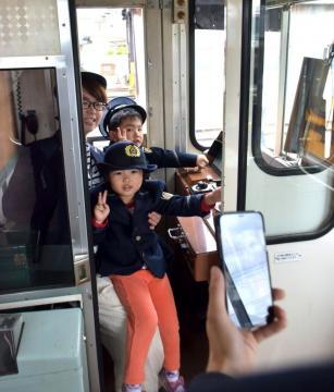 運転席に座り記念撮影する親子=那珂湊駅