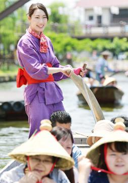 嫁入り船に花嫁として乗船する娘船頭の須賀成穂さん=5月27日、潮来市あやめ、菊地克仁撮影
