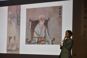 「優しさやユーモアを感じさせる作品が多い」と魅力を話す東京芸大大学美術館の古田亮准教授=常陸大宮市中富町