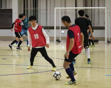 10日開幕のフットサル県リーグに向けて練習に励む選手たち=栃木県真岡市