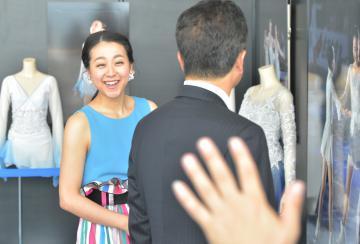 浅田真央展を内覧し笑顔を見せる浅田真央さん=8日、県庁、菊地克仁撮影