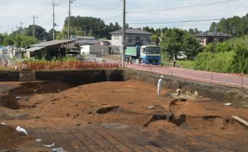 半円の形をした古墳の一部。中央は石室=那珂市下大賀の下大賀遺跡