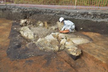 内部から直刀や勾玉といった副葬品が見つかった石室。墓道(手前)に接した部分が入り口=那珂市下大賀