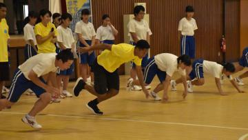 東京五輪出場を目指すパラオの陸上選手と生徒が一緒にダッシュ練習した=常陸大宮市立大宮中