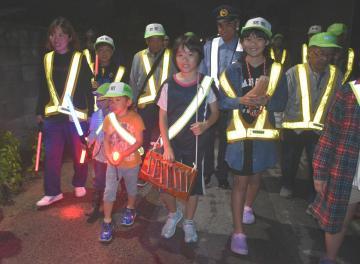子どもたちも一緒に歩いた「松の木安全会」の13周年記念パトロール=常総市中妻町