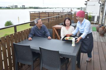 常陸利根川を望む石蔵の2階にオープンする「水辺のカフェ 北斎」=潮来市牛堀