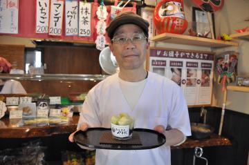 「だんごのやまだ」で販売されている「メロンの雫」と店主の山田毅さん=阿見町うずら野