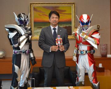大井川和彦知事を表敬訪問したイバライガーRとイバライガーブラック=県庁