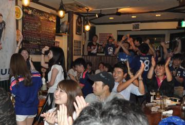 試合終了後、決勝トーナメント進出を喜ぶサポーター=水戸市中央
