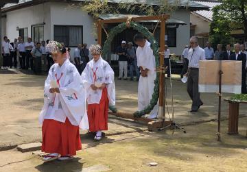 茅の輪をくぐる巫女たち=常陸太田市宮本町の若宮八幡宮