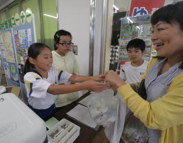販売体験で美浦村の特産品を売る木原小の児童=同村宮地