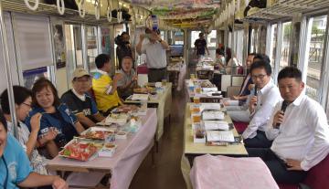元日本ハムの稲田直人さん(右)とスポーツコメンテーターの河田浩兒さん(右から2人目)が試合を解説した=関東鉄道常総線