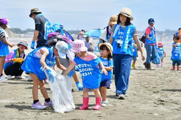 大洗サンビーチのごみを集める参加者=大洗町大貫町