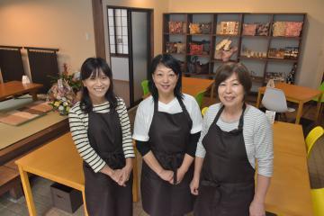 店内に立つNPO法人「みんなの広場」理事長の鈴木悦子さん(中央)と関係者=常総市水海道宝町