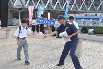 駅利用者に海難事故防止を呼び掛ける茨城海上保安部の職員ら=12日午前、水戸市宮町