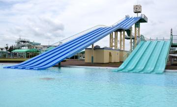 人気プールの長さ50メートルと15メートルの「滝すべり」=下妻市長塚乙