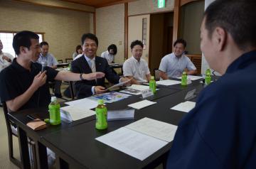 商店街の店主らと膝詰めで話し合う大井川和彦知事(左から2人目)=大洗町磯浜町の肴屋本店