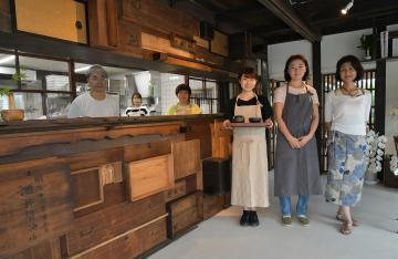 古民家を改修してオープンした「サカカンカフェ」の店内と、酒井陽子さん(右)らスタッフ=古河市中田
