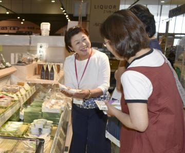 舟納豆の商品説明する三次美知子社長(左)=土浦市上高津のイオン土浦店
