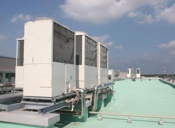 校舎の屋上に設置されたエアコン室外機=つくば市立みどりの学園義務教育学校