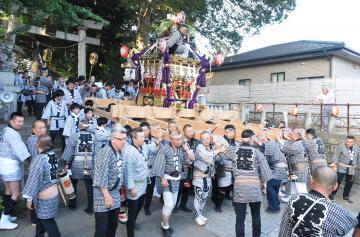 下館祇園まつりの開幕で、羽黒神社の境内から繰り出す明治みこし=筑西市甲