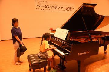 試弾会でピアノ「ベーゼンドルファー」のモデル290を弾く中村明菜さん=筑西市海老ケ島の明野公民館