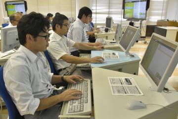 研修会でプログラミングに挑戦する小学校教員ら=笠間市平町