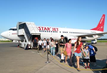 ソウル定期便が復活し、到着したイースター航空の第1便=茨城空港、根本樹郎撮影