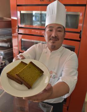 さしま茶を使った緑茶カステラとオーナーシェフの米倉正人さん=取手市寺田