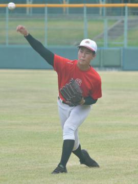 初戦に向けて調整をする土浦日大のエース富田=兵庫県尼崎市・ベイコム野球場