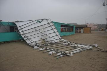 台風13号による強風で屋根が飛ばされた海の家=9日午前9時半ごろ、ひたちなか市阿字ケ浦町