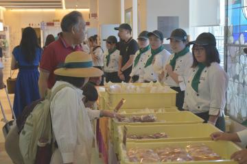 茨城空港ロビーで実施された鉾田農高生による販売実習=小美玉市与沢