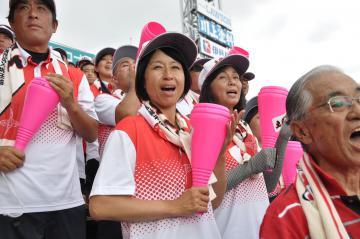 三塁側アルプススタンドで声を張り上げて応援する富田投手の母、恵里子さん=甲子園球場