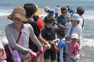 地引き網体験イベントで綱を引く参加者たち=鉾田市大竹