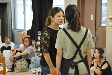 「小さなお茶会。」公演に向け、稽古に励む茨城大演劇研究会の学生たち=水戸市文京