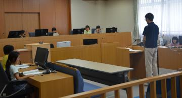 被告役の裁判所職員に判決を言い渡す裁判官役の児童=水戸地裁