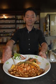 「納豆ハヤシオムライス」を提供する花きゃべつの嶋田淳さん=水戸市南町
