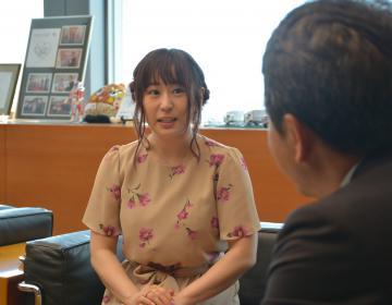 大井川和彦知事を表敬訪問した櫻川めぐさん=県庁