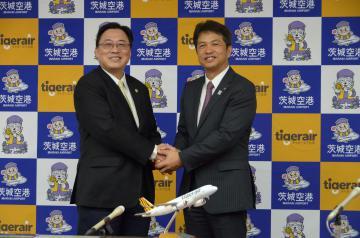 茨城空港台湾便の定期便化に合意し握手を交わす大井川和彦知事とタイガーエア台湾の張鴻鐘董事長(右から)=県庁庁議室