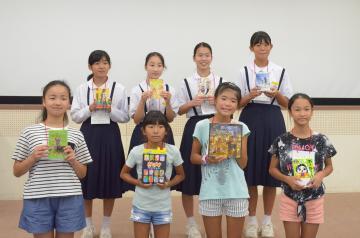 「小・中学生ミニ・ビブリオバトル大会」でお気に入りの本を紹介した出場者=日立市末広町