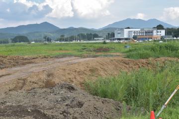 新たなまちづくりが進む桜川筑西IC周辺地区。さくらがわ地域医療センターの完成が控える=桜川市内