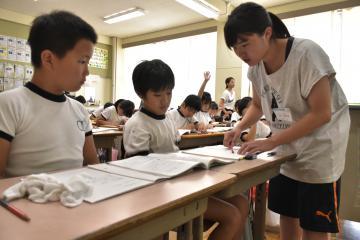 授業の手伝いをする大学生=土浦市富士崎