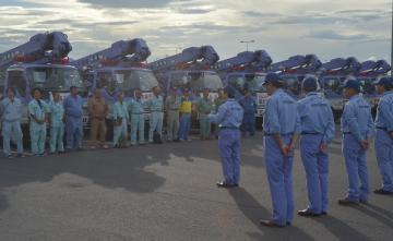 北海道へ向けて派遣される照明車の出発式=大洗町港中央の大洗港フェリーターミナル