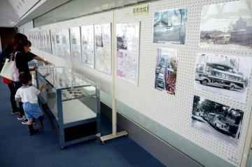懐かしのバスの写真や模型、地域バスのルートパネルなどを展示する「県内のコミュニティーバスパネル展」=県庁25階展望室