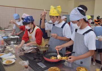 バランスの良い朝食メニューの調理実習をする生徒ら=潮来二中