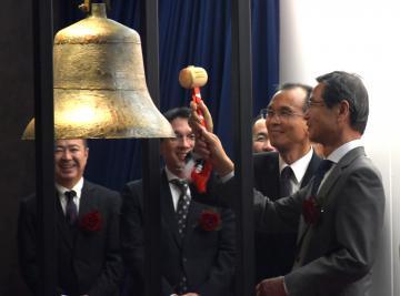 上場セレモニーで鐘を鳴らす香陵住販の薄井宗明社長(右)ら=13日午後、東京都内