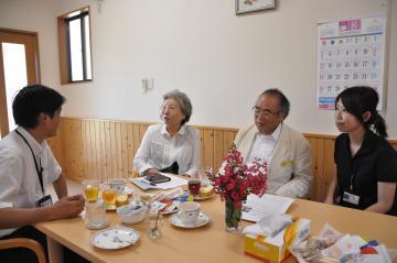 「デスカフェ」で死について語り合う参加者=牛久市女化