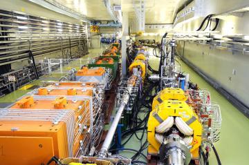 円形加速器「メインリング」。左がニュートリノ実験施設へ、中央が本線。右は安全確保用のライン=東海村白方、根本樹郎撮影