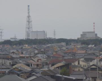 新規制基準に正式に合格した日本原子力発電東海第2原発(左奥)と廃炉作業中の東海原発=26日、東海村役場から撮影