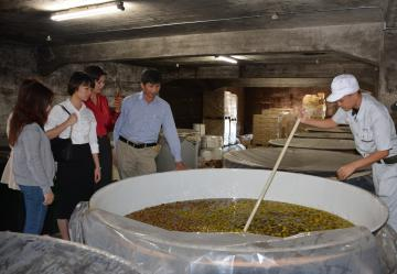 梅酒などの酒造りの現場を視察したベトナム人バイヤーら=水戸市元吉田町
